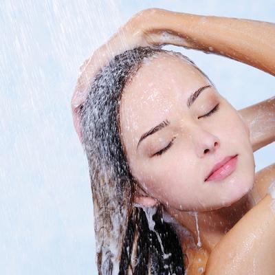 2. Langsung Membilas Rambut Setelah Memakai Conditioner