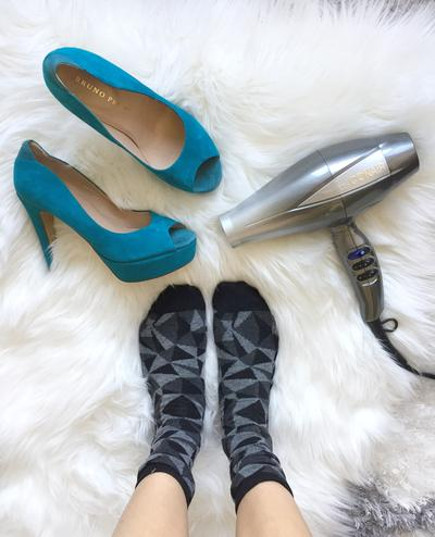 1. Renggangkan Ukuran Sepatu dengan Hair Dryer