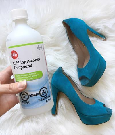 3. Renggangkan Ukuran Sepatu dengan Rubbing Alcohol