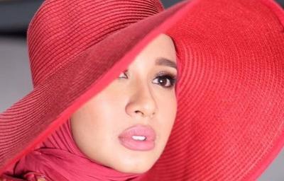 Bagaimana Cara Memilih Warna Lipstik bagi Pengguna Hijab? Simak Caranya!