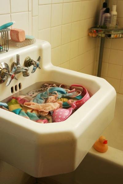 Mencuci Bra dengan Tangan