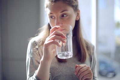 4. Perbanyak Minum Air Mineral