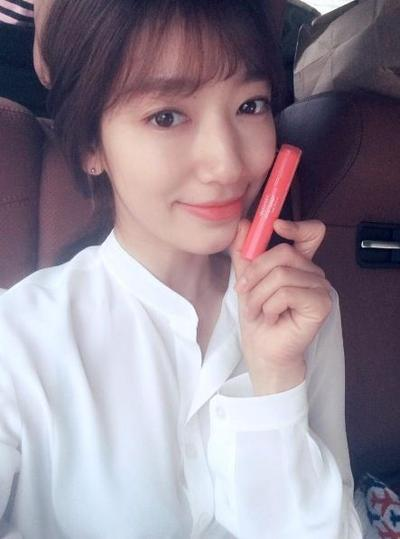 Park Shin Hye di Doctor Crush dengan Mamonde Highlight Lip Tint #6 Pin Spot
