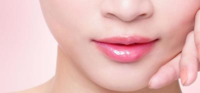 Tidak Hanya Lipstik, Resep DIY Alami Ini Juga Ampuh Lho Mencerahkan Bibir Hitam!