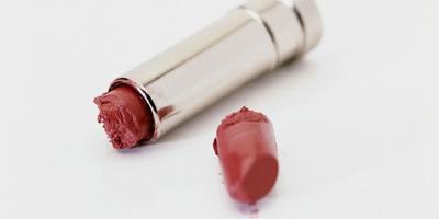 4 Trik Anti Panik untuk Perbaiki Lipstik Patah