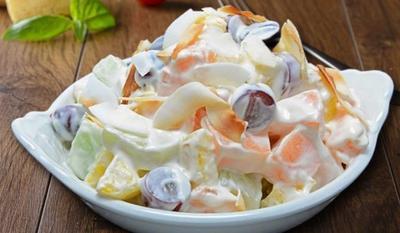 3. Pesan Salad Sebagai Pendamping