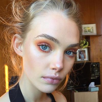 1. Menggunakan Blush Sebagai Eyeshadow