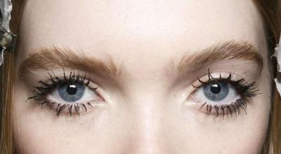 Ladies, Hindari Kesalahan Makeup Ini Agar Maskaramu Tidak Menggumpal