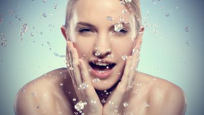 Pemilik Kulit Berminyak, Yuk Bersihkan Wajahmu dengan 5 Face Wash Recommended Ini!
