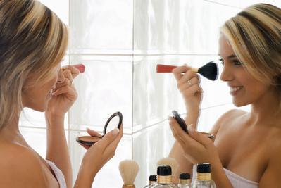 Ladies, Hindari 5 Kebiasaan Buruk Ketika Ber-Makeup Ini untuk Selalu Terlihat Muda