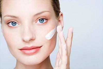 Suka Pakai Whitening Skincare? Ketahui Kandungan Bahan Pemutih Berbahanya Sebelum Menyesal!