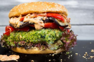 4. Burger Vegetarian yang Terasa Seperti Daging