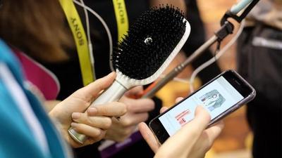 Sisir Ini Bisa Tersambung ke Aplikasi Handphone dan Menganalisa Kesehatan Rambutmu Lho!