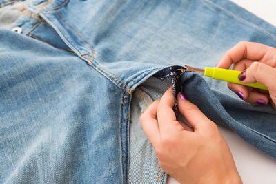 Tampil Trendy Nggak Harus Beli, Ubah Celana Jeans Usangmu Menjadi DIY Pencil Skirt Berikut Ini