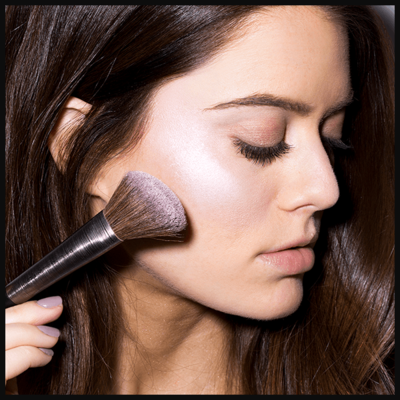 Highlighting 101: Inilah Cara Mengaplikasikan Powder & Liquid Highlighter yang Benar