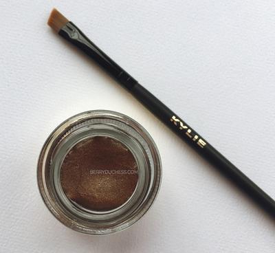 Buat Eyeliner Lebih Mudah dengan KYLINER! Eyeliner Kit Terlengkap dari Kylie Cosmetics