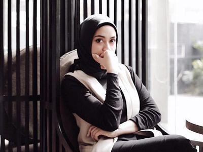Hijabers, Yuk Contek Monochrome Style Hijab Modern ala Ayudia Bing Slamet ini!