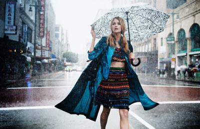 Ingin Tampil Stylish Meski Dikala Hujan? Tiru 5 Gaya Fashion Selebriti Ini!