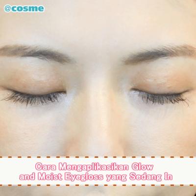 Cara Mengaplikasikan Glow and Moist Eyegloss yang Sedang In