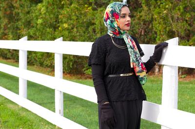 7. Padukan Hijab Berwarna dengan Blazer Hitam