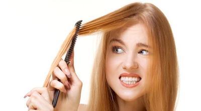 2. Menyisir Dengan Garis Belahan Rambut