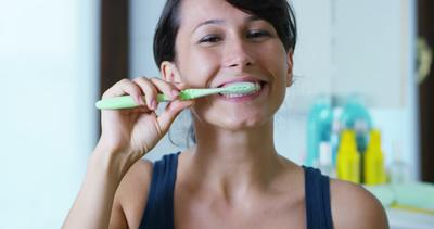 Bahan-bahan Dapur Ini Ternyata Ampuh Memutihkan Gigi Tanpa Ribet! (Part 1)