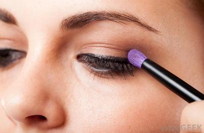 Trik Tampil Cantik Mengaplikasikan Eyeshadow Sesuai Bentuk Matamu