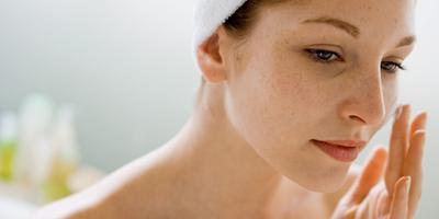 7 Produk Kecantikan Terbaik yang Efektif untuk Menyamarkan Flek Hitam