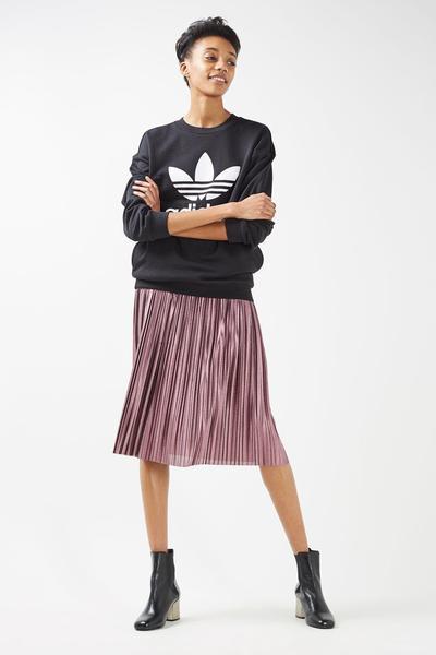Panduan Cantik dan Stylish dengan Outfit Warna Musim Semi Terkini, Pink Metalik!
