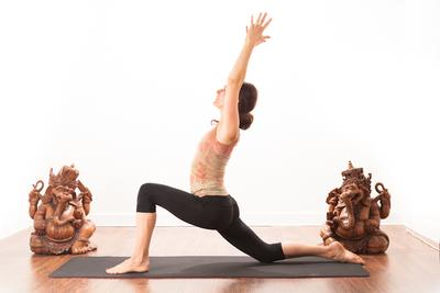 Lakukan Gerakan Yoga Ini Selama 15 Menit Tiap Pagi untuk Terlihat Lebih Muda