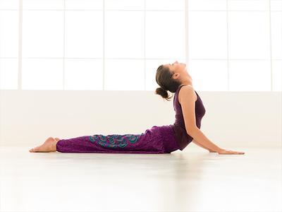 Payudara Bisa Lebih Kencang dan Naik Hanya dengan Gerakan Yoga Super Simpel Ini!
