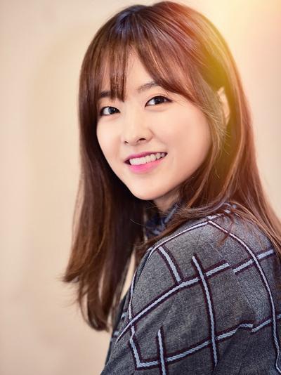 Gaya Rambut Artis Korea Ini Bikin Kamu Ingin Potong Poni! Cari Tahu Cara Potong Poni See Through di Sini!
