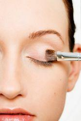 4. Hindari Penggunaan Concealer sebagai Primer pada Mata