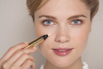 Ketahui 5 Cara Lain Menggunakan Concealer Agar Makeup Routinemu Menjadi Lebih Praktis!