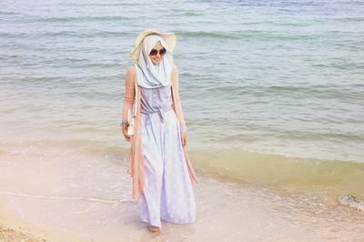 6 Tips Outfit untuk Hijabers agar Tetap Tampil Stylish dan Nyaman Saat ke Pantai