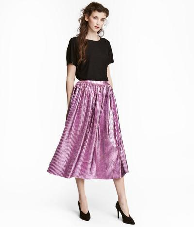 4. Pilih Rok Midi Berlipit (Midi Pleated Skirt)