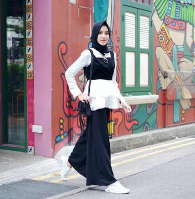 Inspirasi Fashion Hijab Monokrom ala Selebgram Amelia Elle untuk Kamu Hijabers Muda!