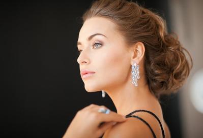 3. Cobalah mengenakan perhiasan yang simpel namun elegan
