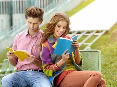 Membaca Novel Romantis