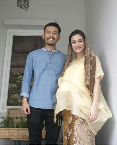 Gaya Anggun Atiqah Hasiholan Ketika Hamil dengan Basic Color Outfits-nya!