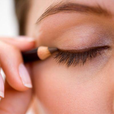 Memakai Eyeliner dengan Teknik Layer