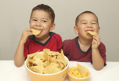 Awas, Ini Dia 4 Bahaya Jajan Sembarangan Bagi Anak