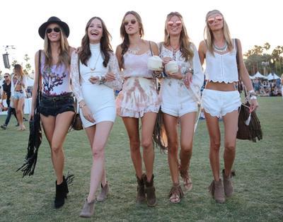 10 Style Fashion Coachella Ala Selebriti Luar Negeri yang Selalu Menarik Perhatian!