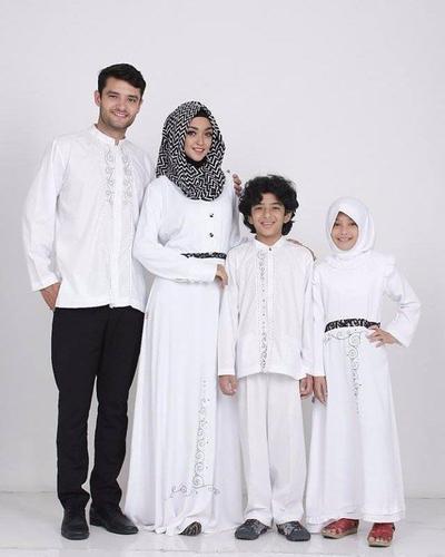 Intip 5 Inspirasi Style Baju Lebaran Keluarga Warna Putih yang Indah dan Tidak Membosankan