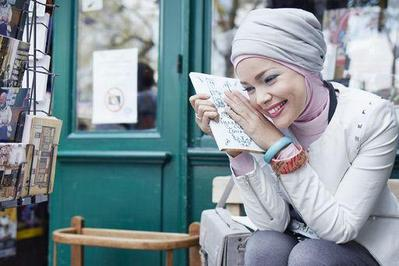 5 Gaya Hijab Cantik ala Dewi Sandra