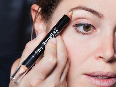 Buat Wajah Tampak Lebih Muda dan Fresh dengan 5 Rekomendasi Highlighter Pen Ini!