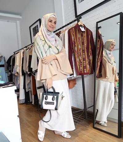 Yuk, Tiru Gaya Khas Para Hijabers Selebriti Indonesia Ini dalam Balutan Rok yang Casual!