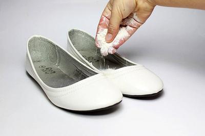 Taburkan Baking Soda Pada Flat Shoes