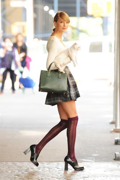 Ladies, 5 Style Fashion Casual Ala Taylor Swift Ini Wajib Kamu Coba untuk Tampil Stylish!