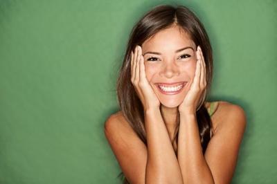 Dapatkan Wajah Kencang Alami dan Awet Muda dengan Facial Yoga Ini!